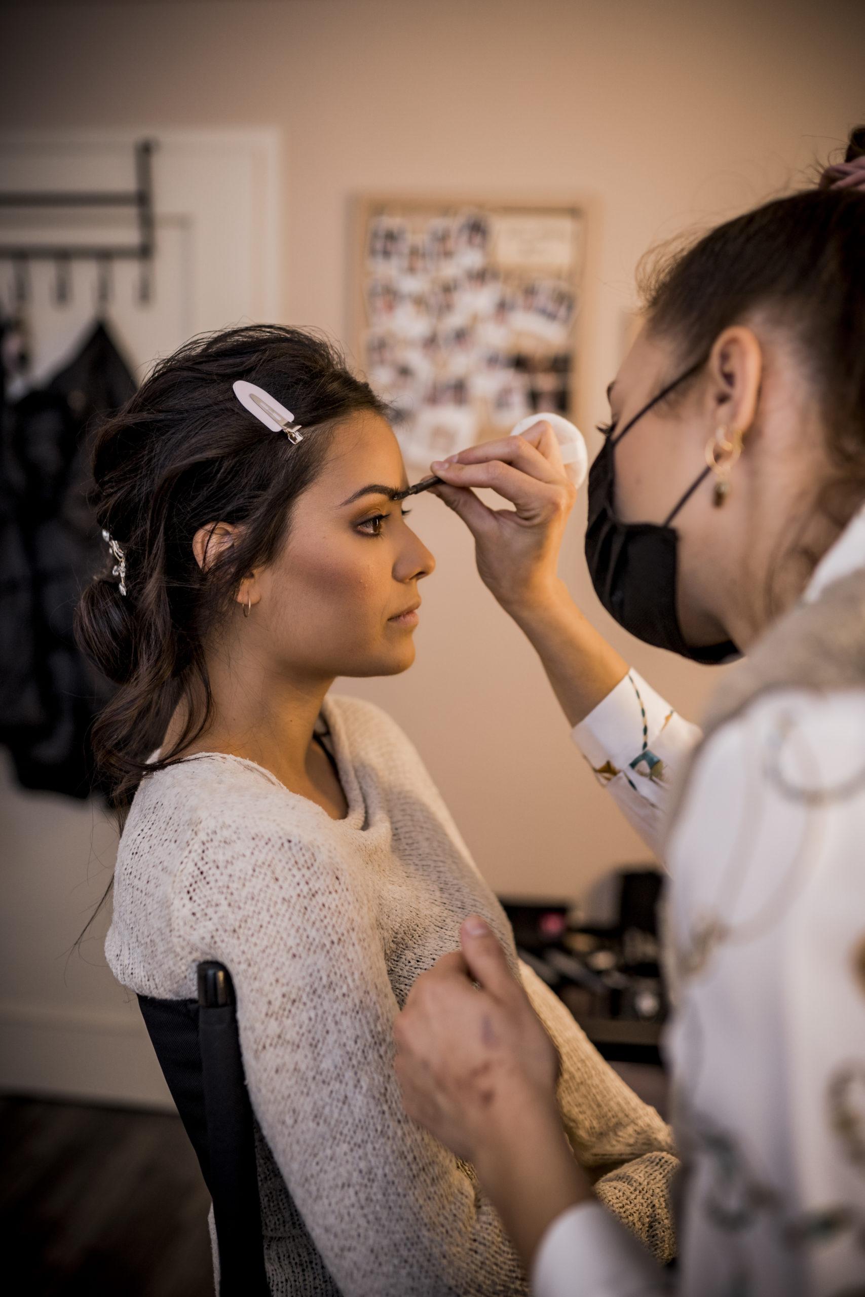 noni Brautmode, Styled Shoot, Getting Ready, Model am Schminktisch, Model wird von Stylistin geschminkt