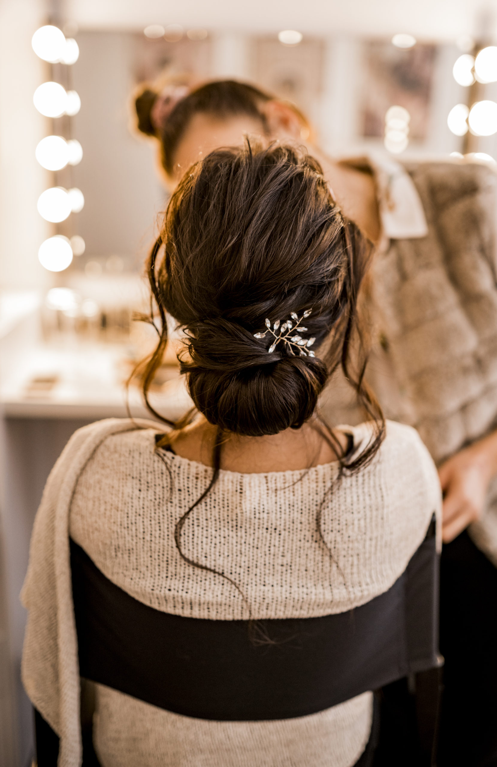 noni Brautmode, Styled Shoot, Getting Ready, Model am Schminktisch, Rückenansicht mit Frisurendetail