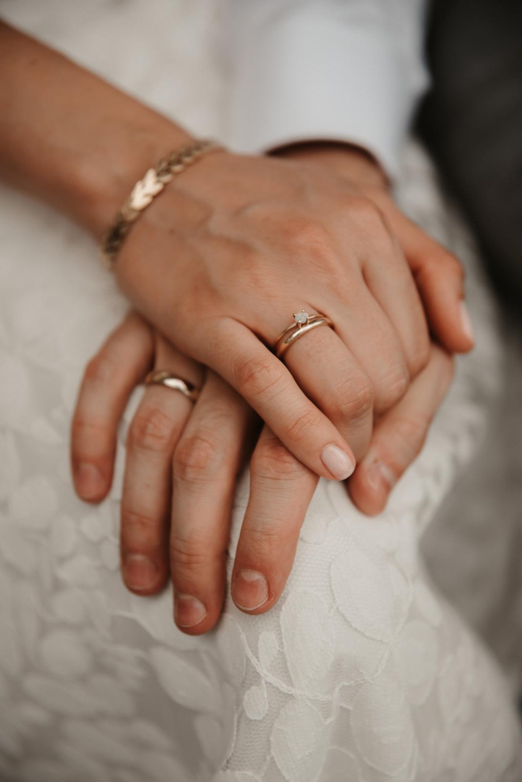 Brautpaar Händchenhaltend, Detailansicht mit Eheringen