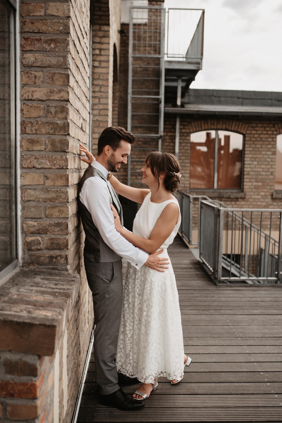 Brautpaar auf Balkon, lachend