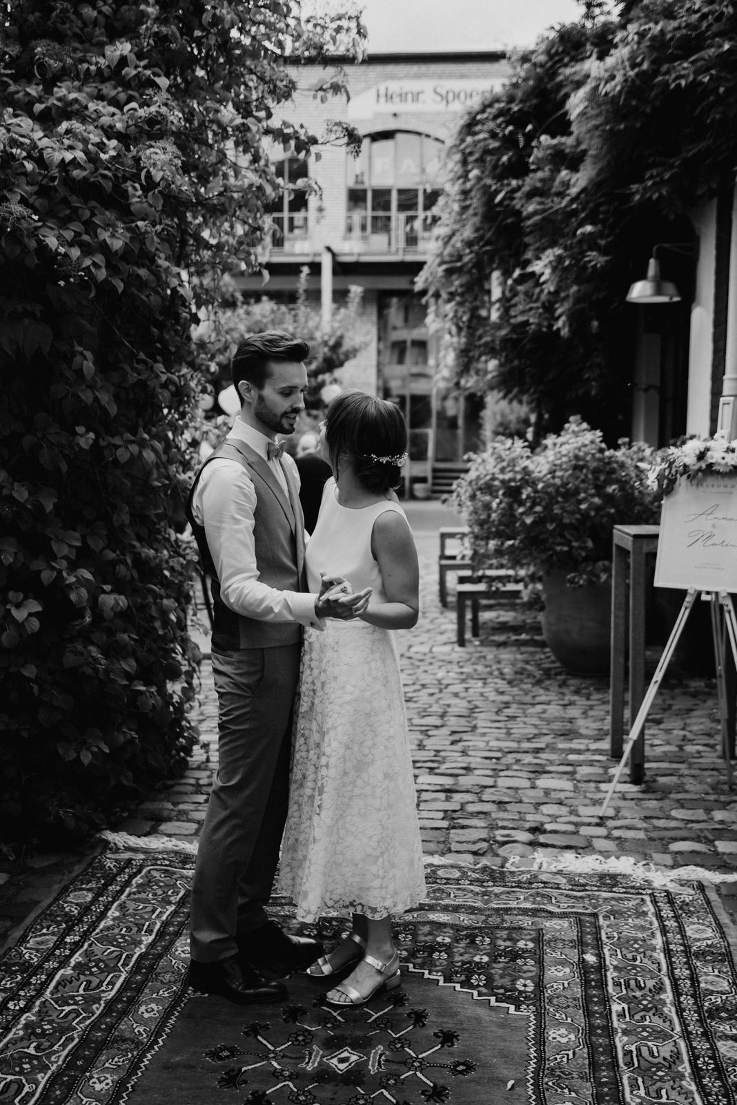 Hochzeitslocation im Innenhof mit Brautpaar, schwarz-weiss