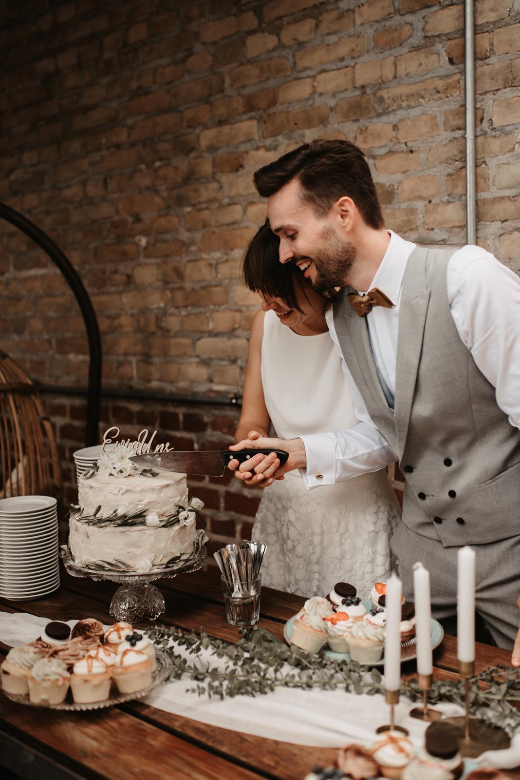 Hochzeitsbuffet, Brautpaar beim Tortenanschnitt