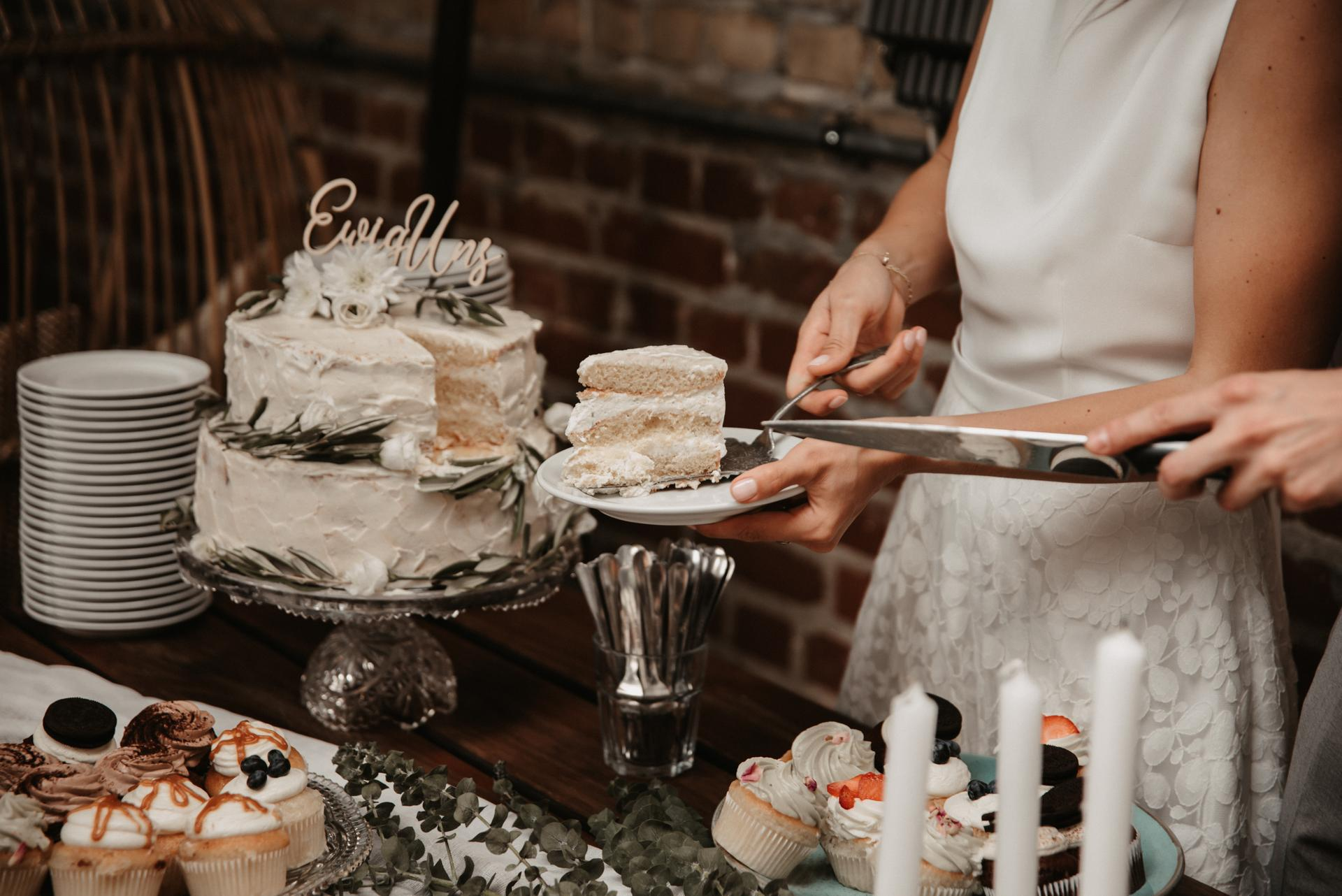 Hochzeitsbuffet, Brautpaar beim Torte verteilen