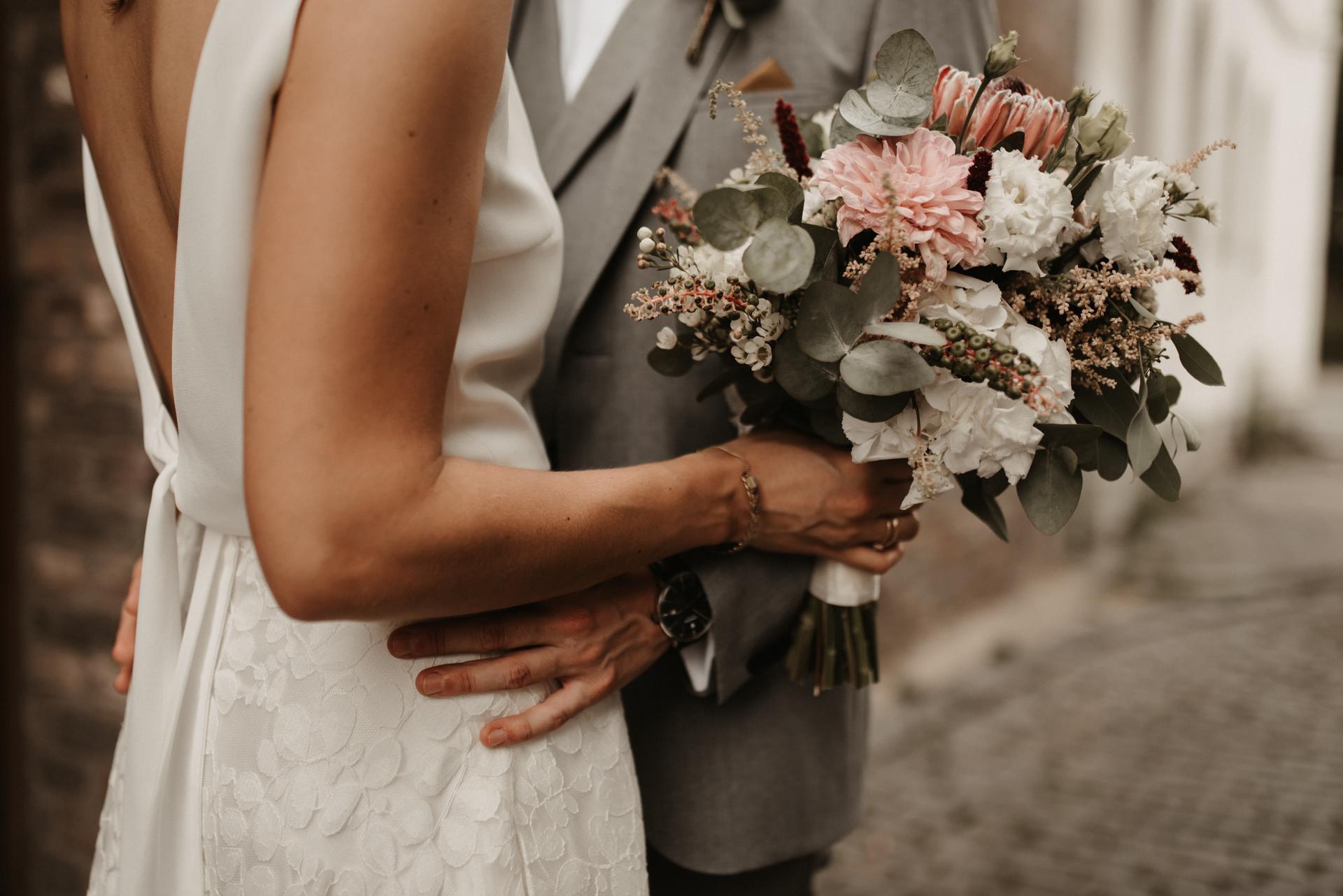Detailansicht Brautstrauss aus Trockenblumen mit Eukalyptus