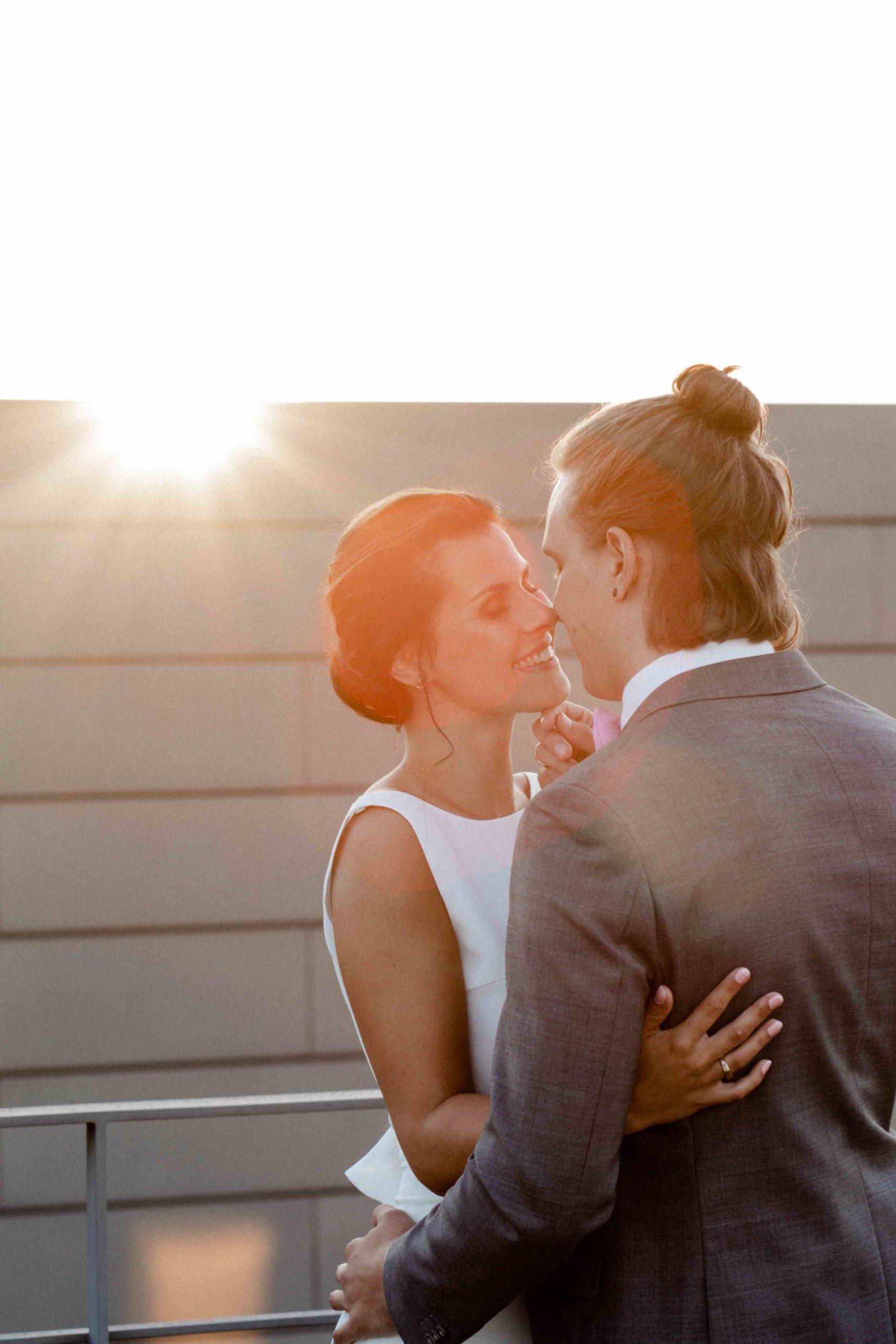 Styled Shoot Brautpaar sich umarmend auf Hochhausterrasse