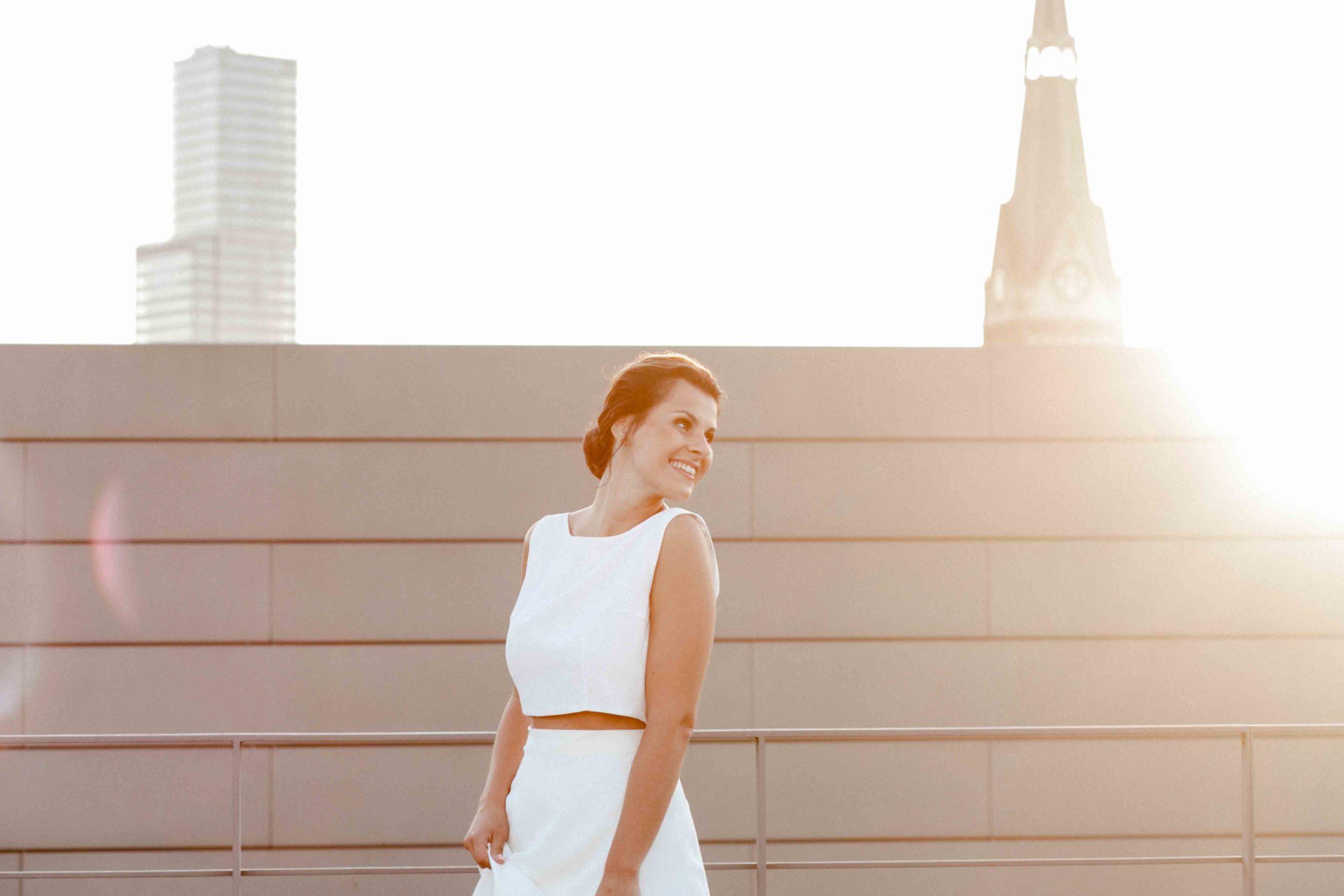 noni Brautmode Styled Shoot, Model mit langem, zweiteiligen Brautkleid in Ivory ohne Ärmel