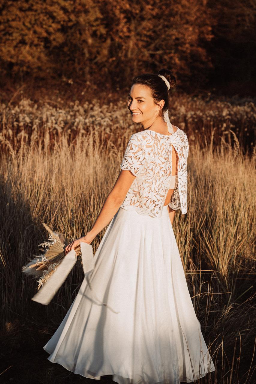noni Brautmode, Braut mit zweiteiligem Brautkleid, Rückenansicht