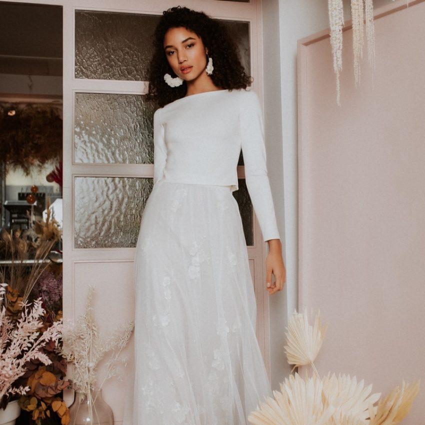Novah – Puristisches Brauttop zu Tüllrock mit Blüten und Perlen