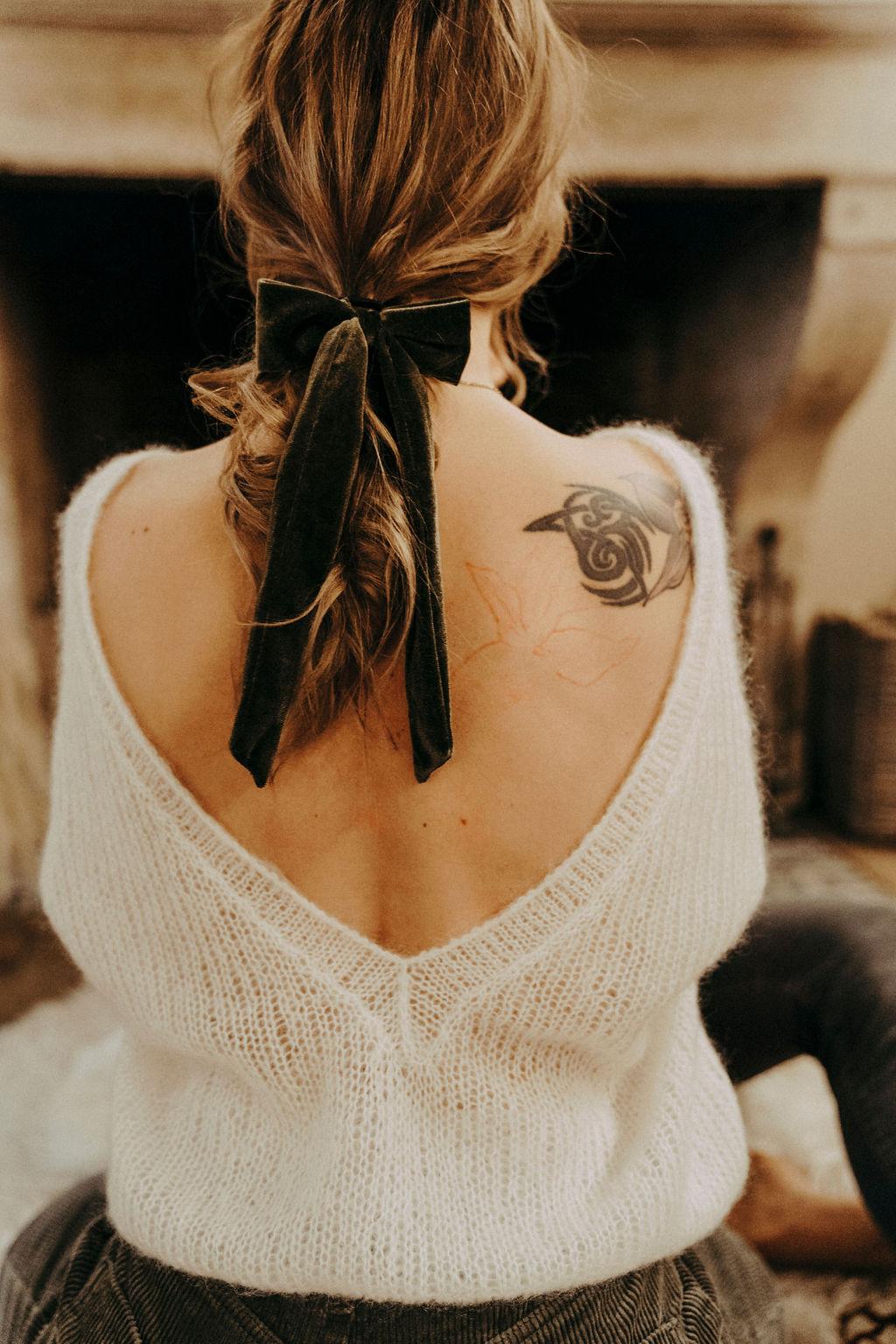 noni Brautmode, Styled Shoot mit Model, Rückenansicht mit tief ausgeschnittenem Wollpullover in Weiss