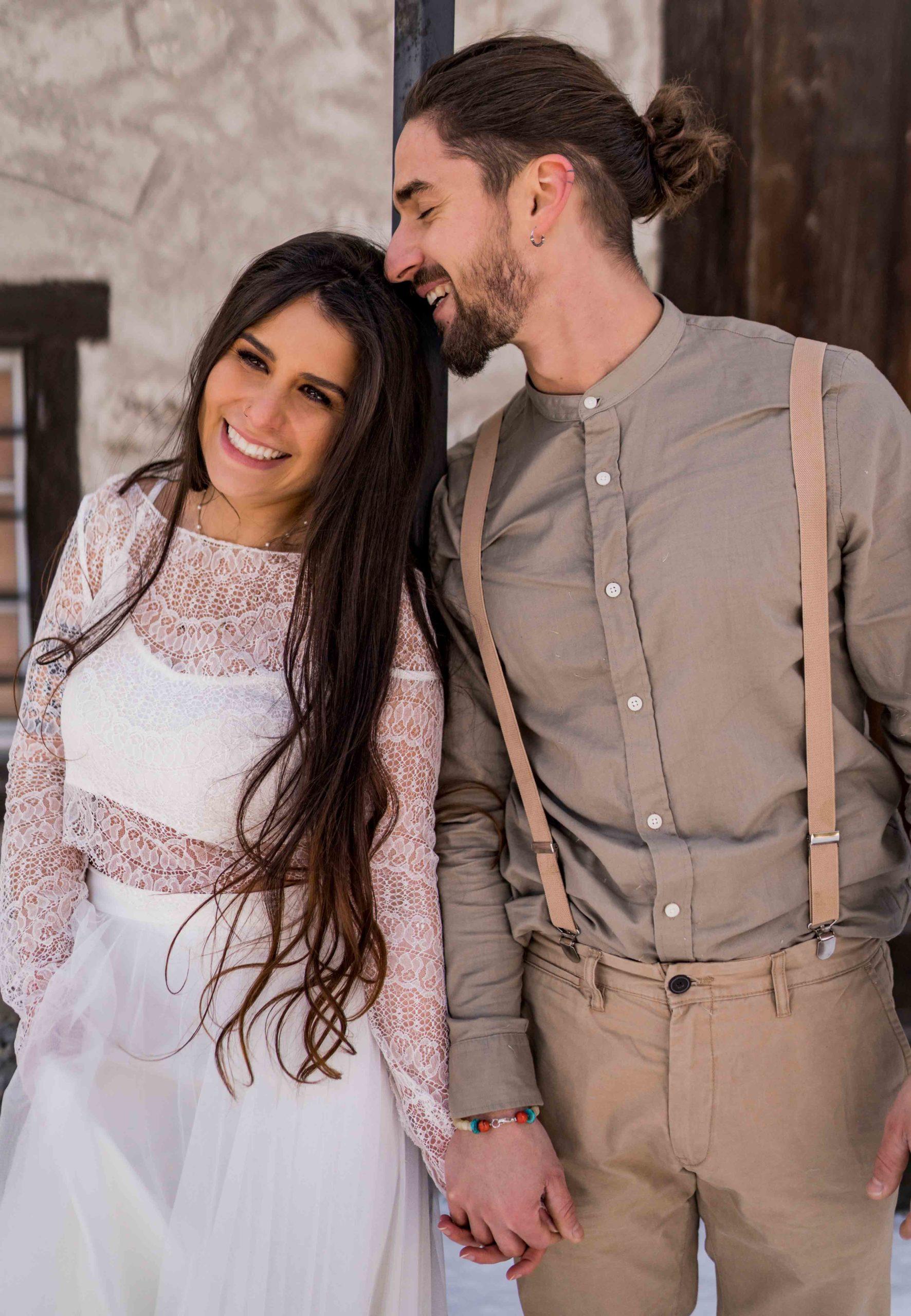 noni Brautmode, Styled Shoot, Brautpaar händchenhaltend und lachend