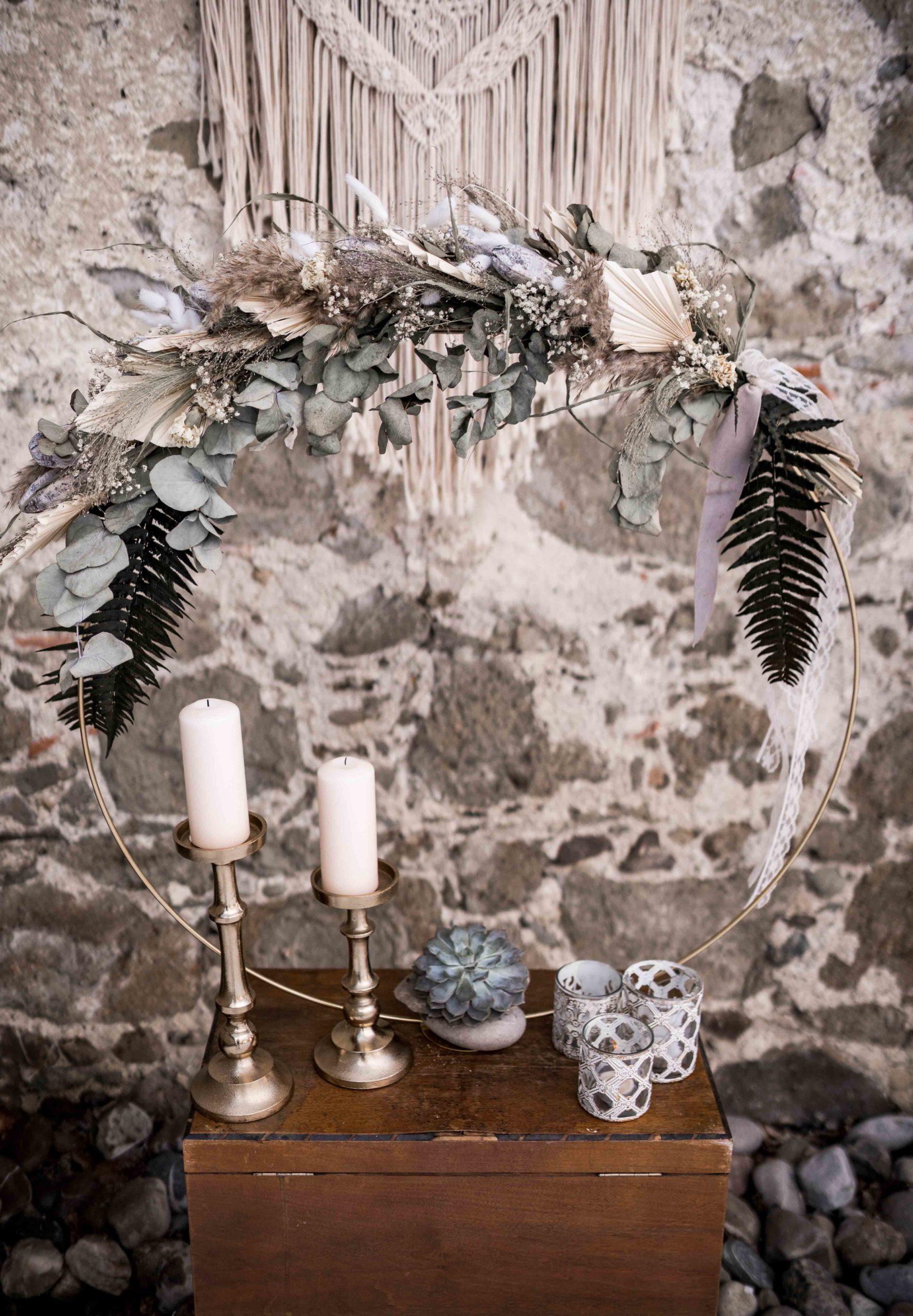 noni Brautmode, Styled Shoot, Dekoration aus Trockenblumen, Kerzenständern und Teelichten