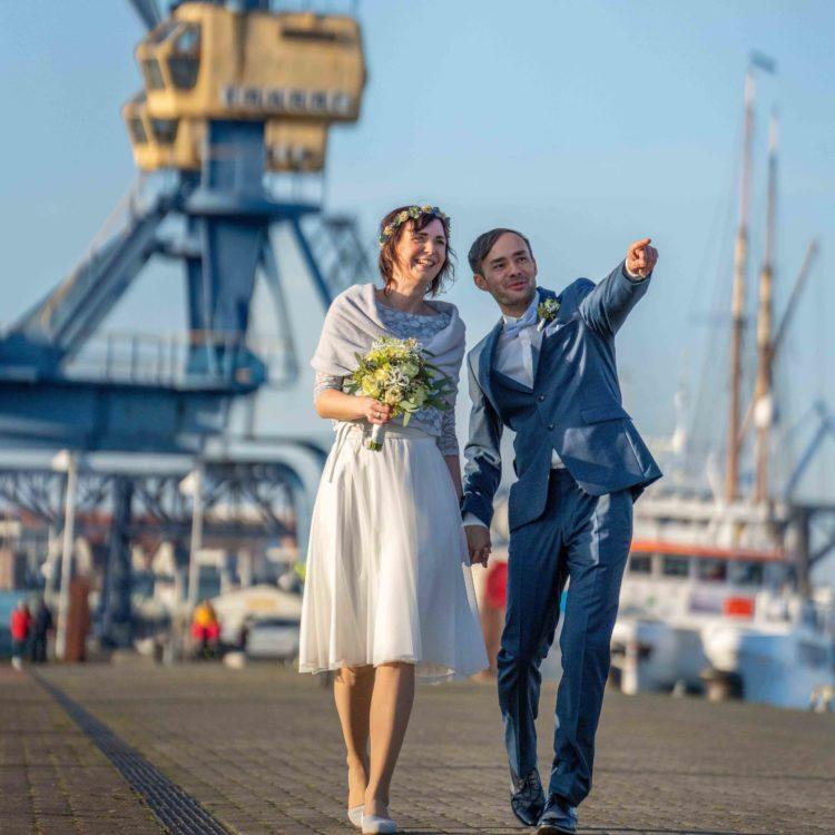 Brautpaar am Hafen, Händchen haltend
