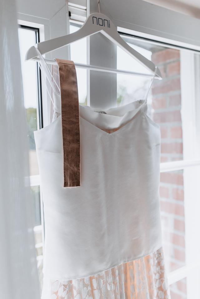 noni Brautmode, Getting Ready Shoot: Brautkleid zweiteilig mit Seidentop mit Spaghettiträgern und rosa Rock