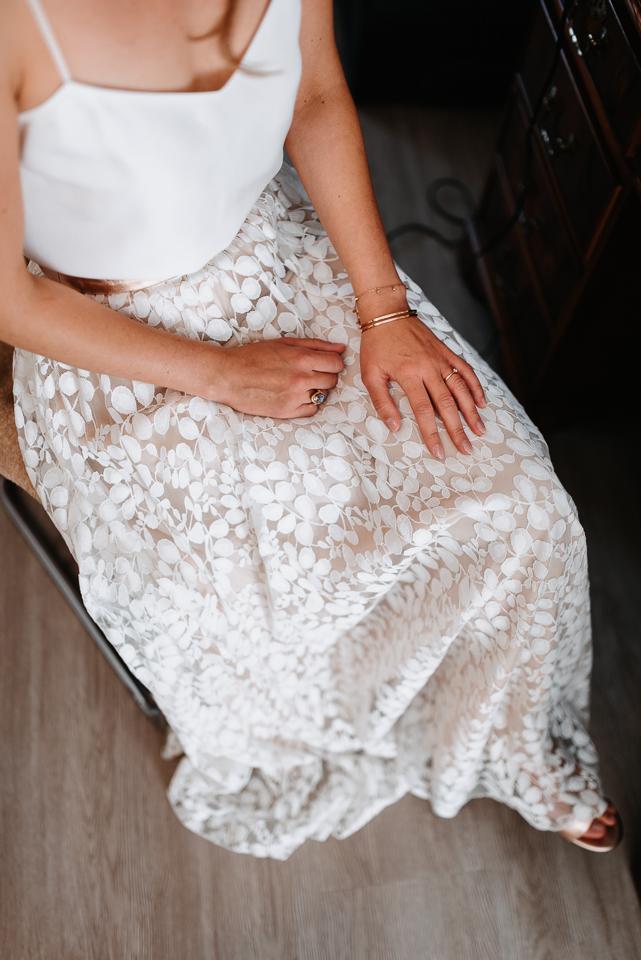 noni Brautmode, Getting Ready Shoot: Brautkleid zweiteilig mit Seidentop mit Spaghettiträgern und rosa Rock und Brautschuhen