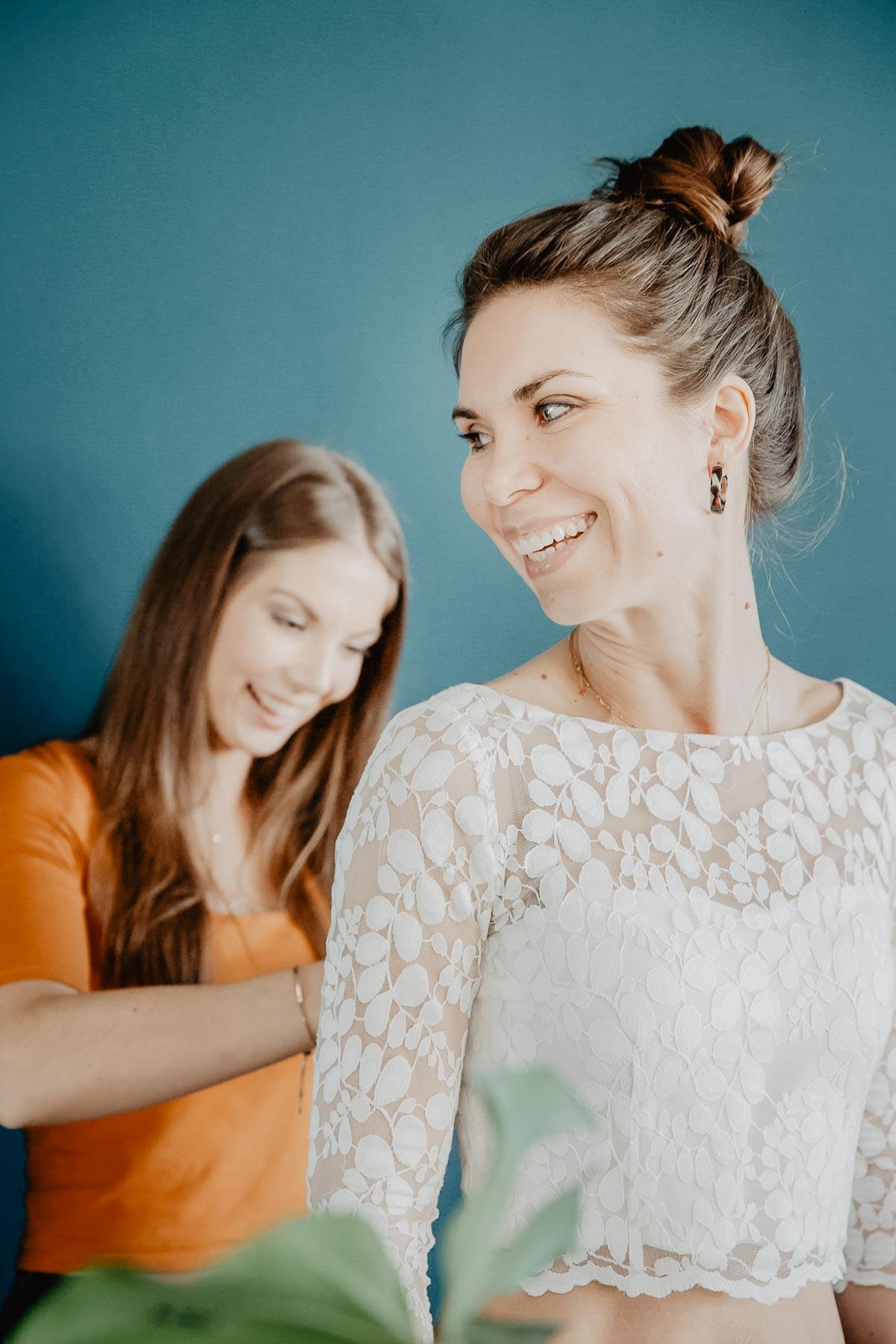 Braut bei der Anprobe ihres Brauttops