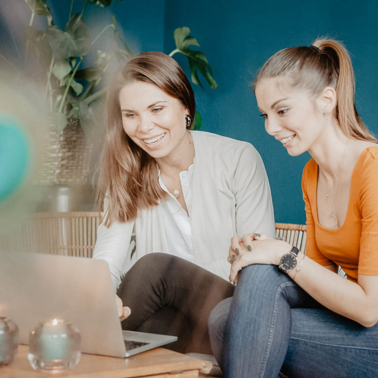 Frauen mit Laptop beim Onlineshopping