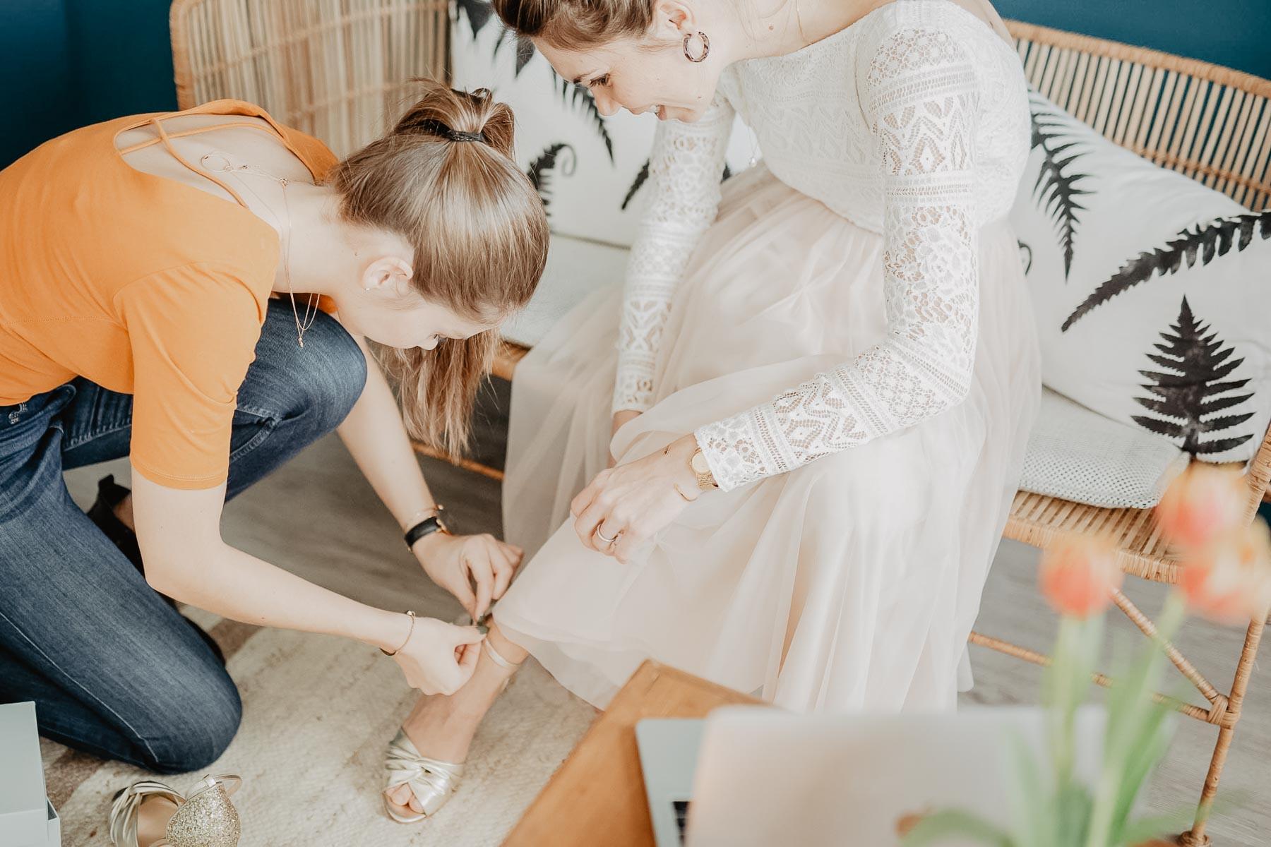 Braut werden die Schuhe angezogen