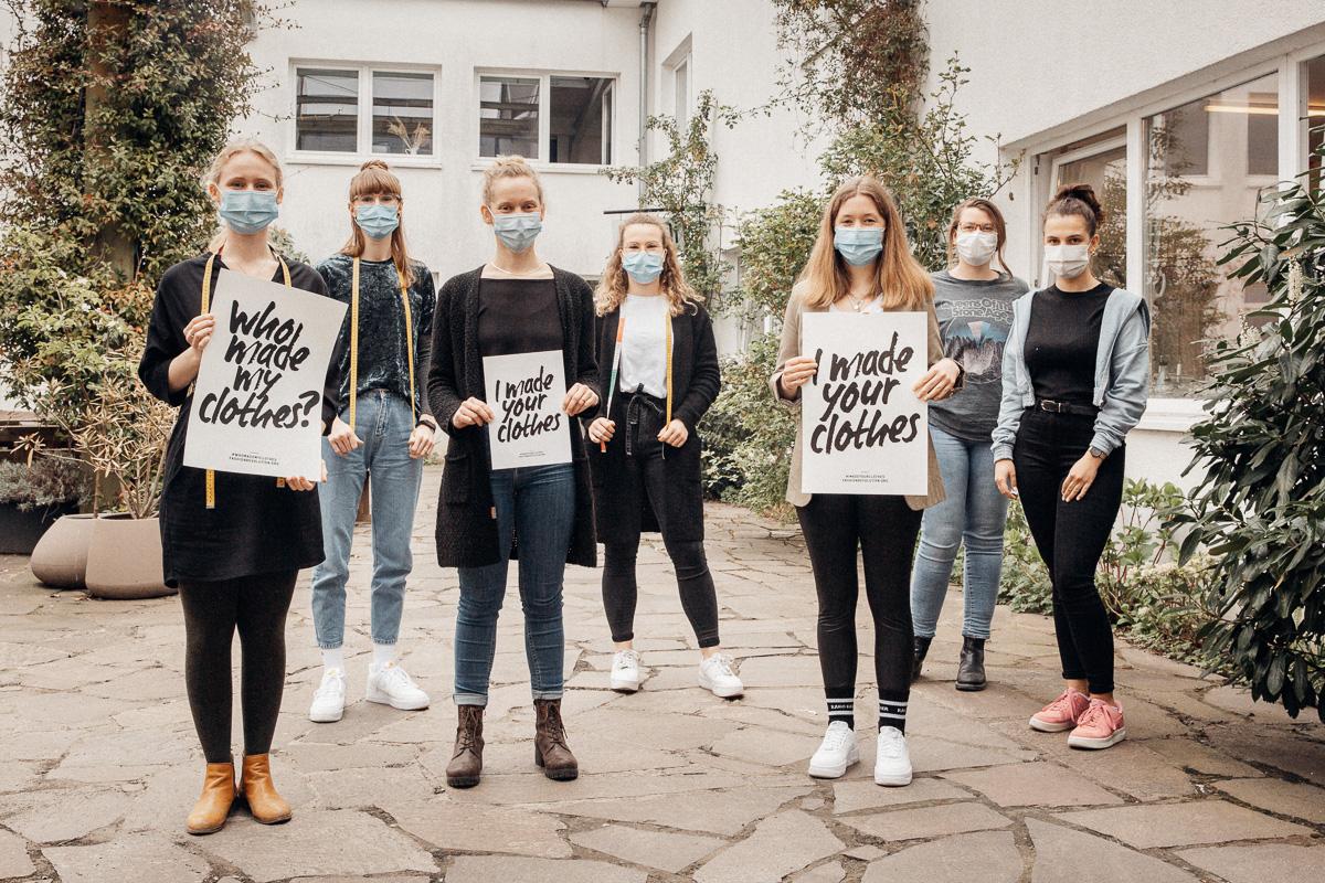 Schneiderinnen mit Fashion Revolustion Week 2021 Plakaten