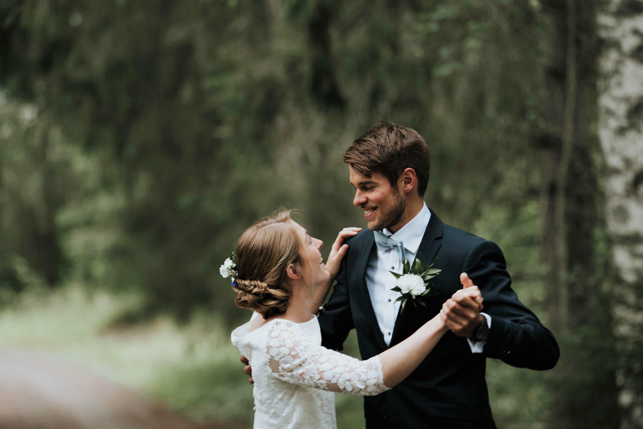 Braut und Bräutigam tanzen