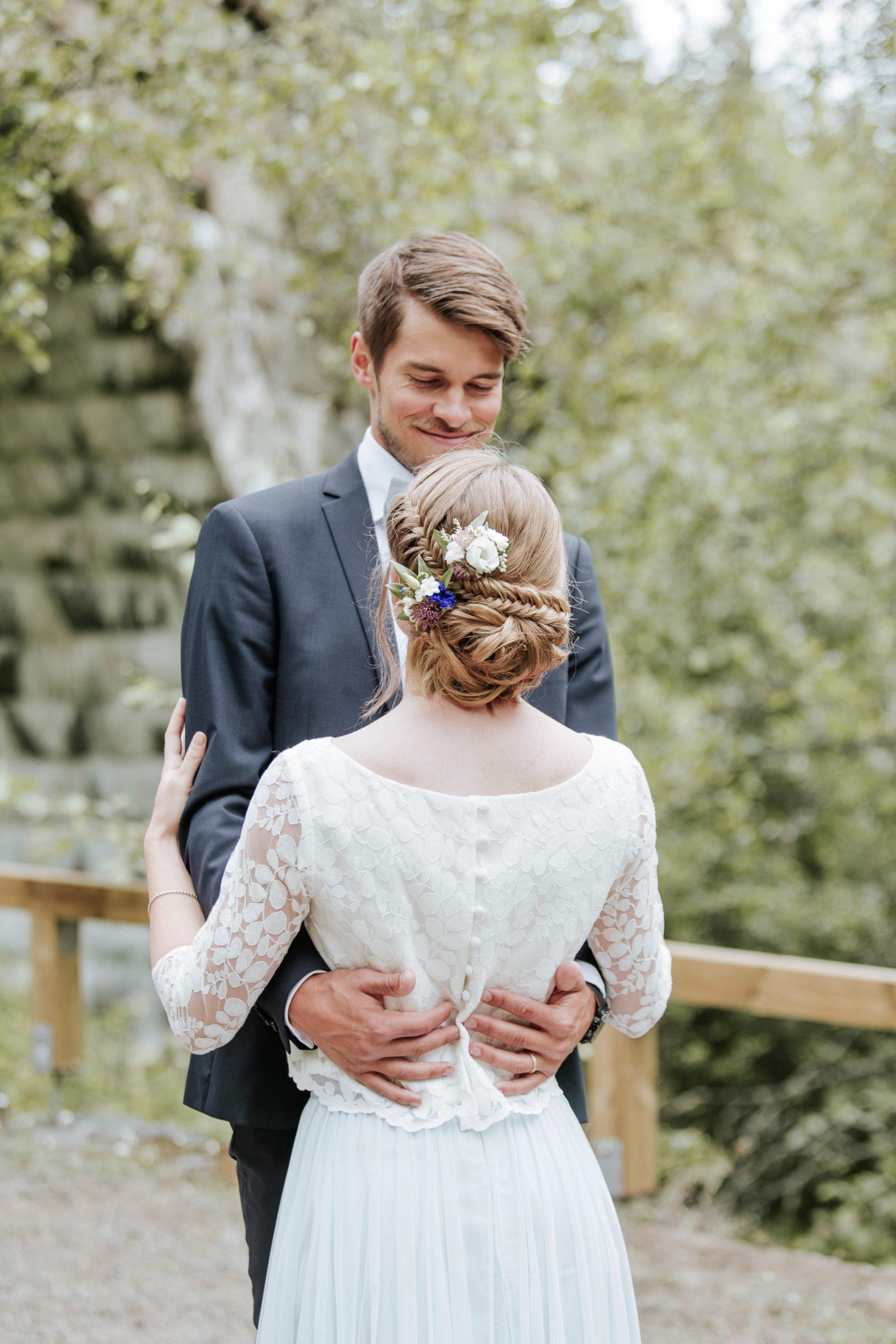 Braut und Bräutigam umarmen sich