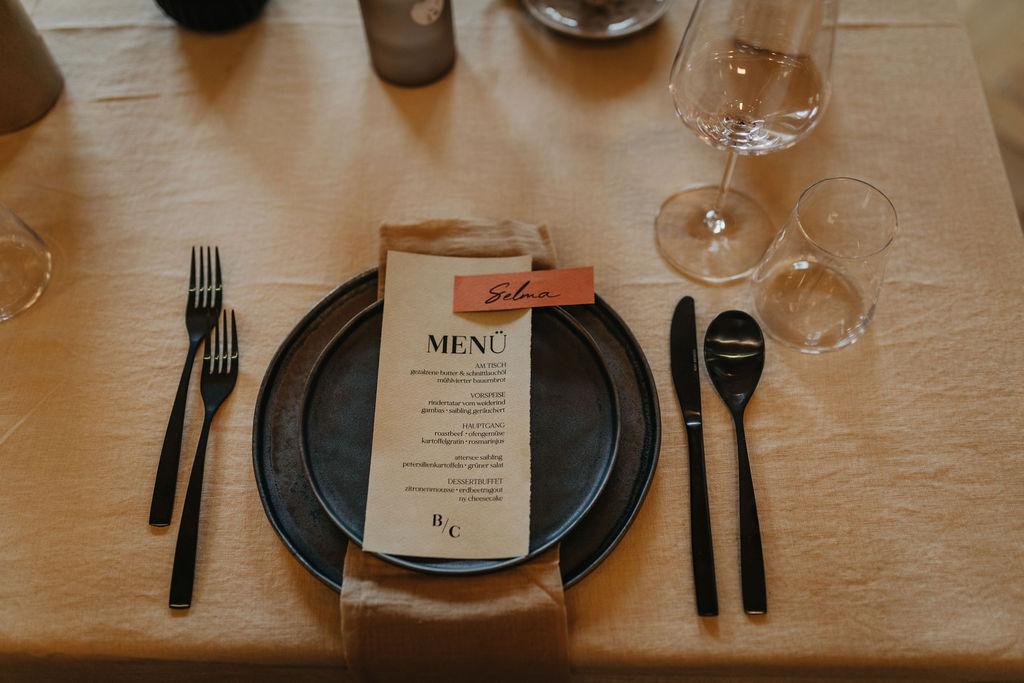 Tischdekoration mit Menü