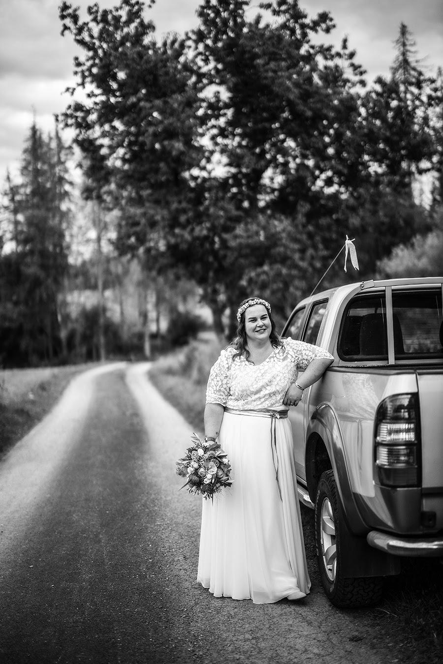 Braut neben Auto