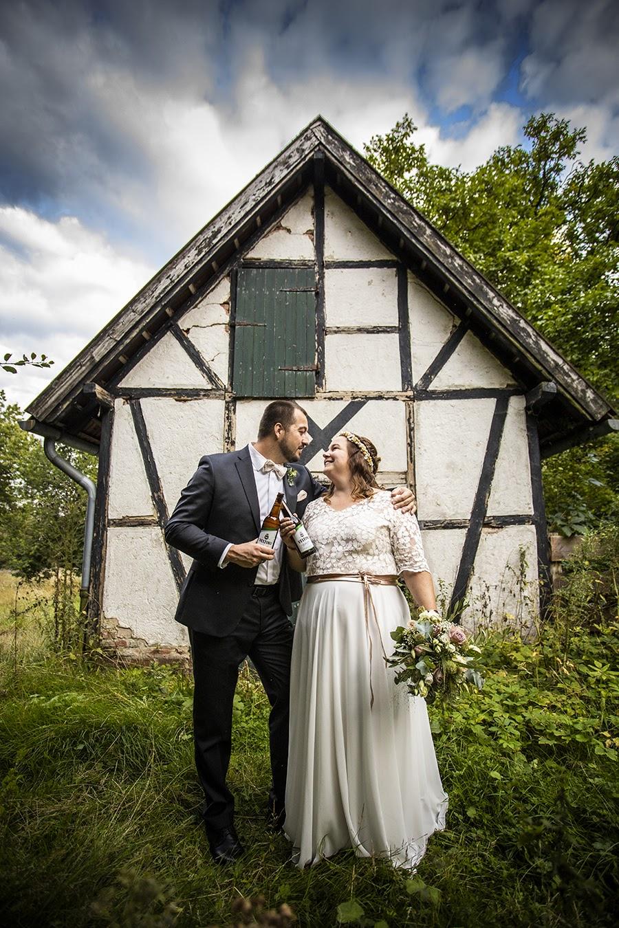 Braut und Bräutigam vor Haus