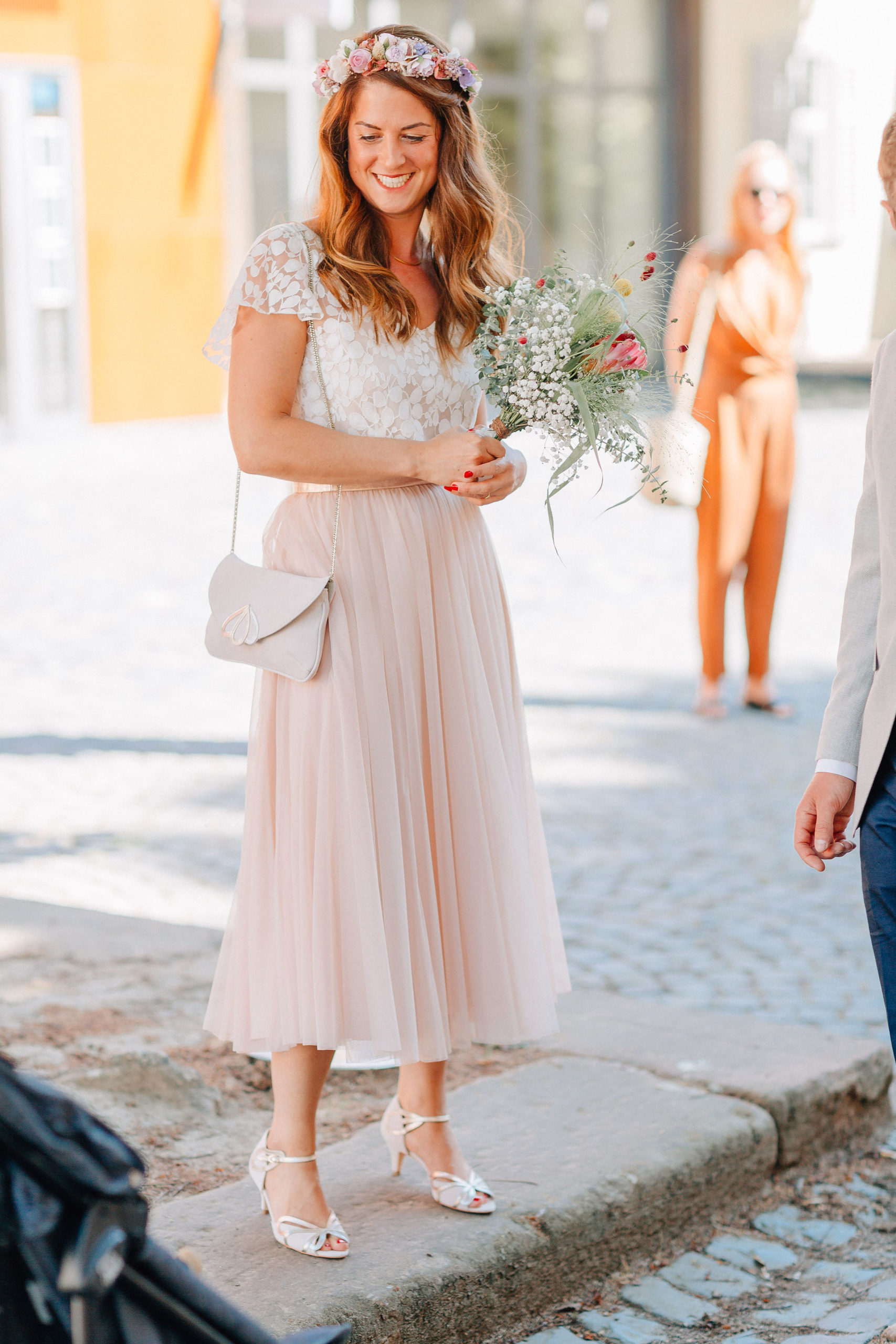 Braut mit Blumenstrauß im Sommerlook