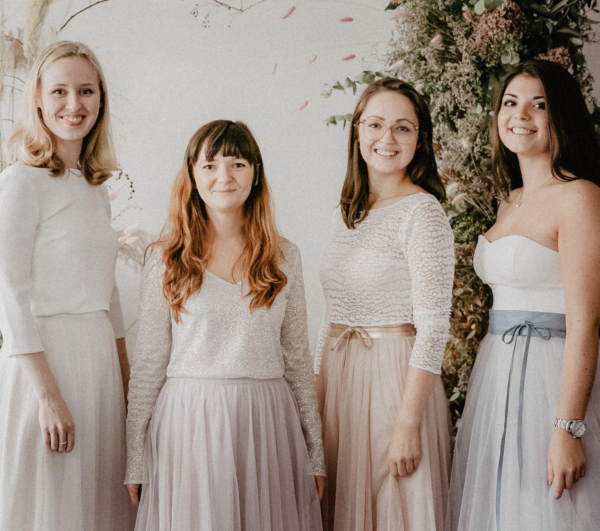 Mädchen tragen Brautkleider in bunten Farben