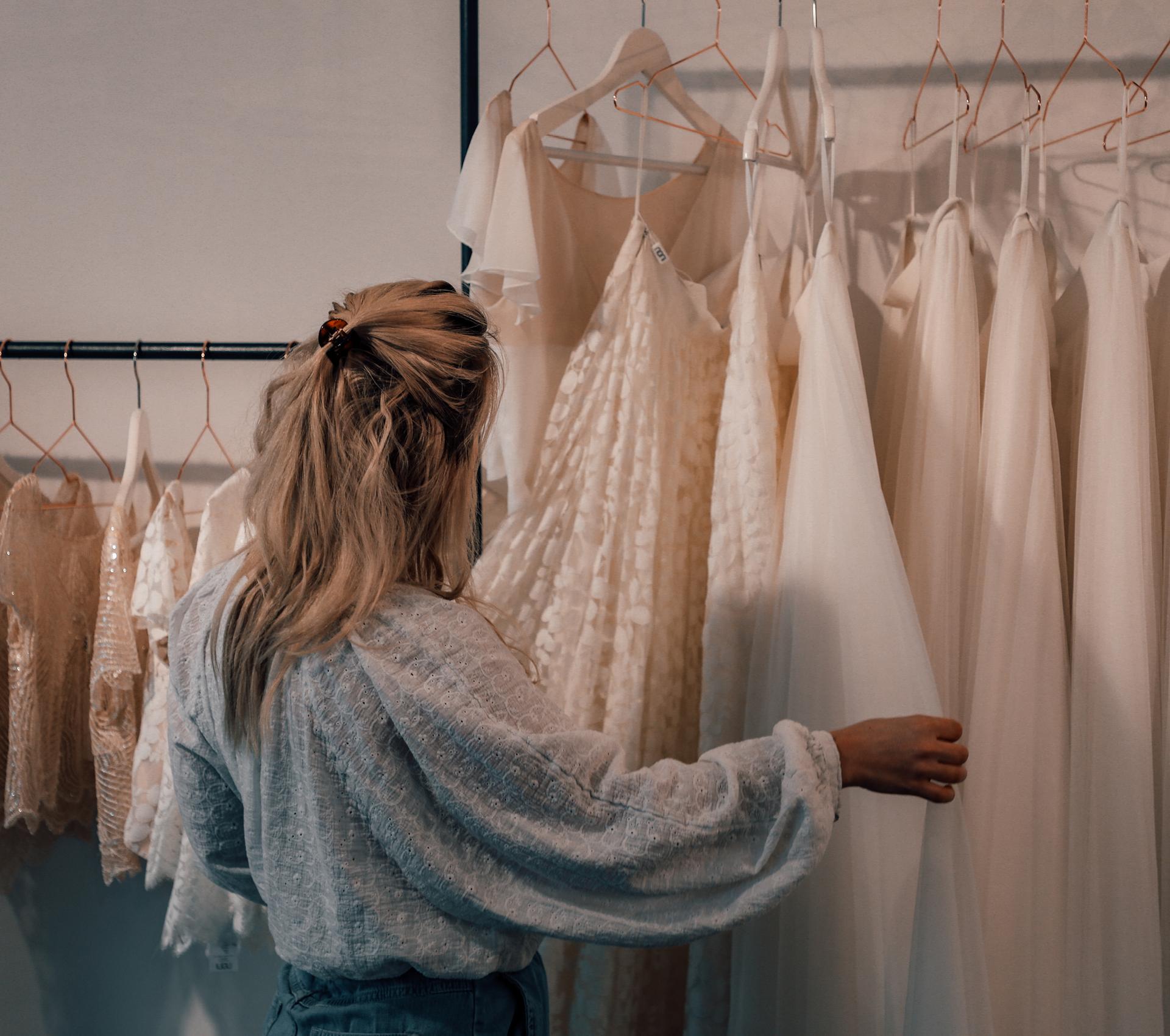 Braut im Brautmodegeschäft