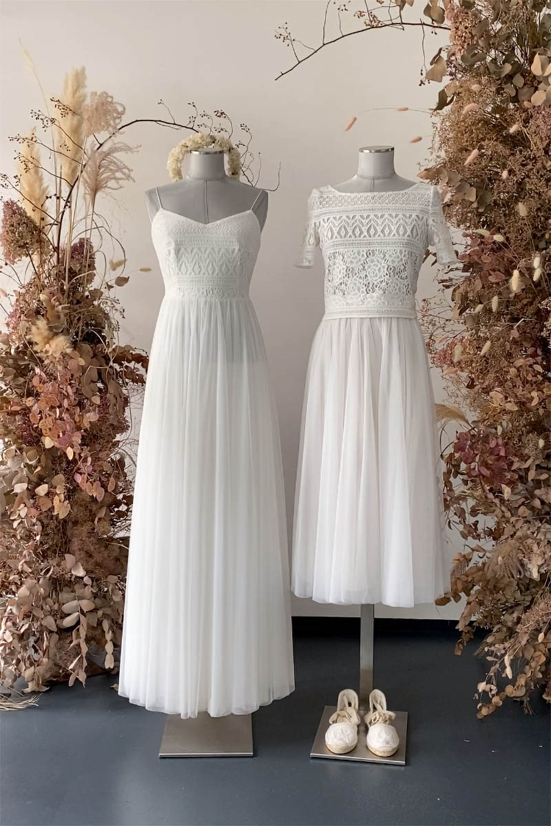 Zwei Brautkleider auf Puppen