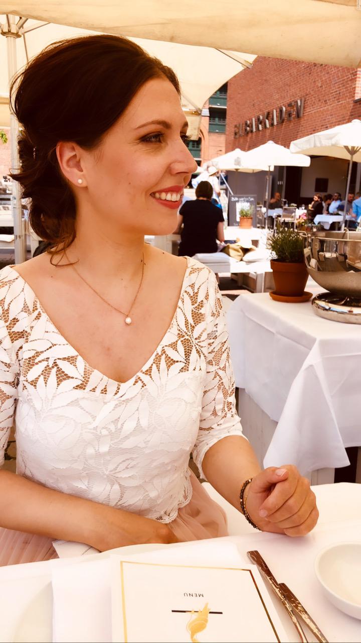 Braut sitzt am Tisch