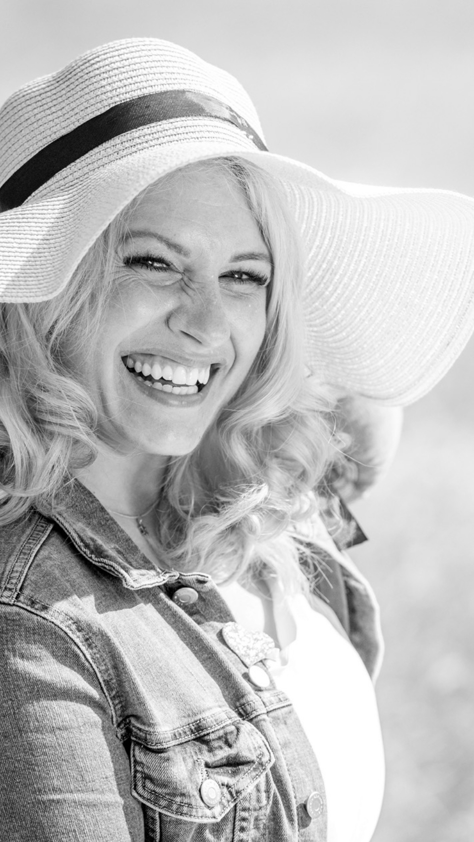 Braut mit Hut lacht