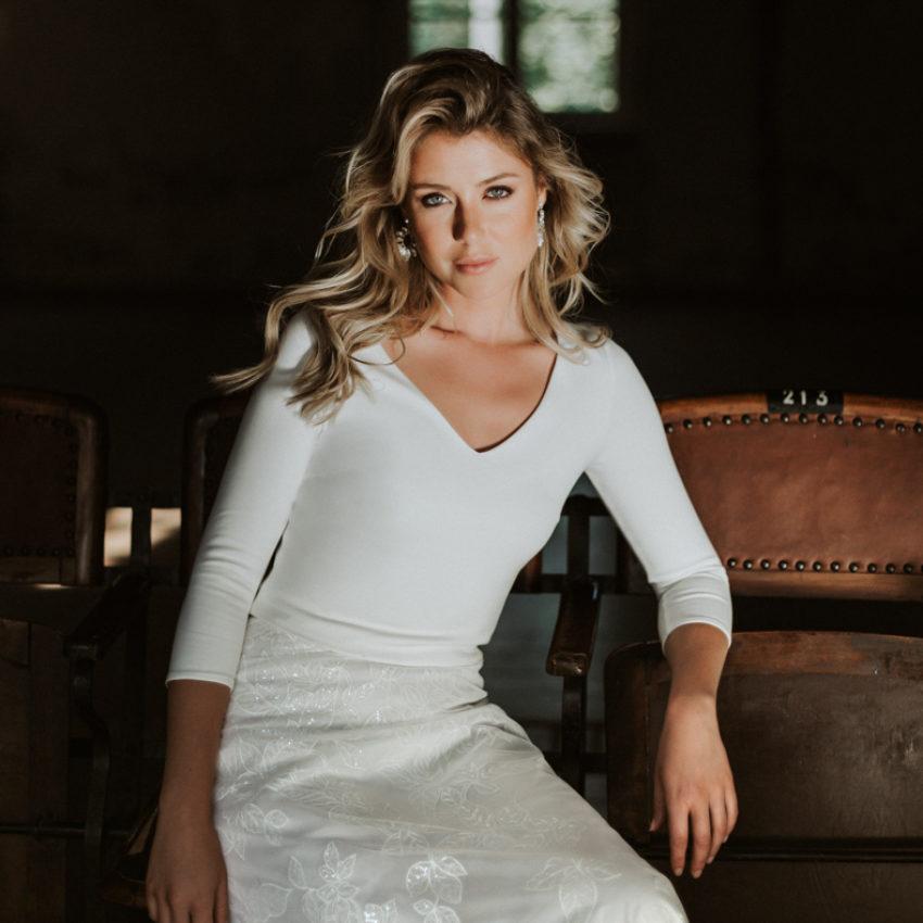 Sheyla – Puristisches Braut Top mit V-Ausschnitt
