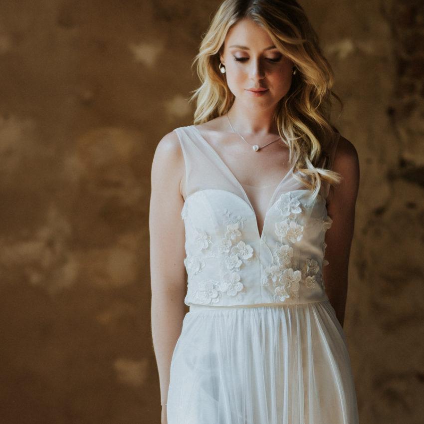 Sioban – Brautkleid mit Blüten und Perlen