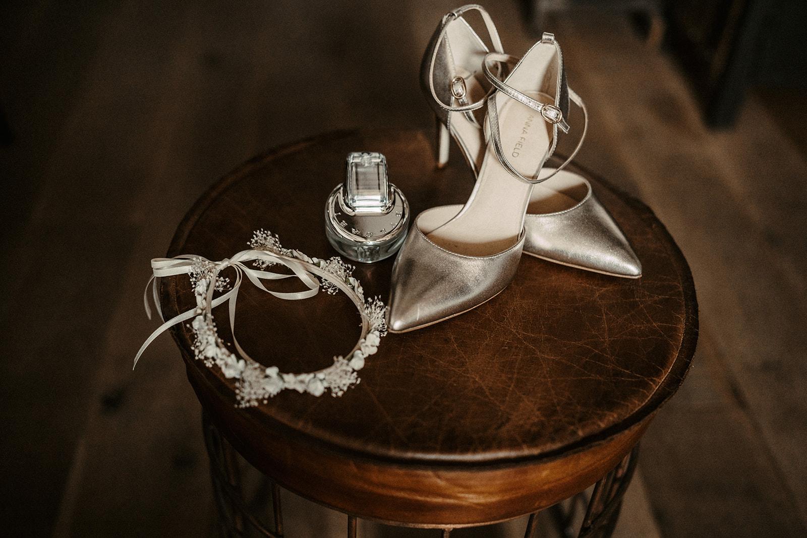 Brautschuhe mit Accessoires