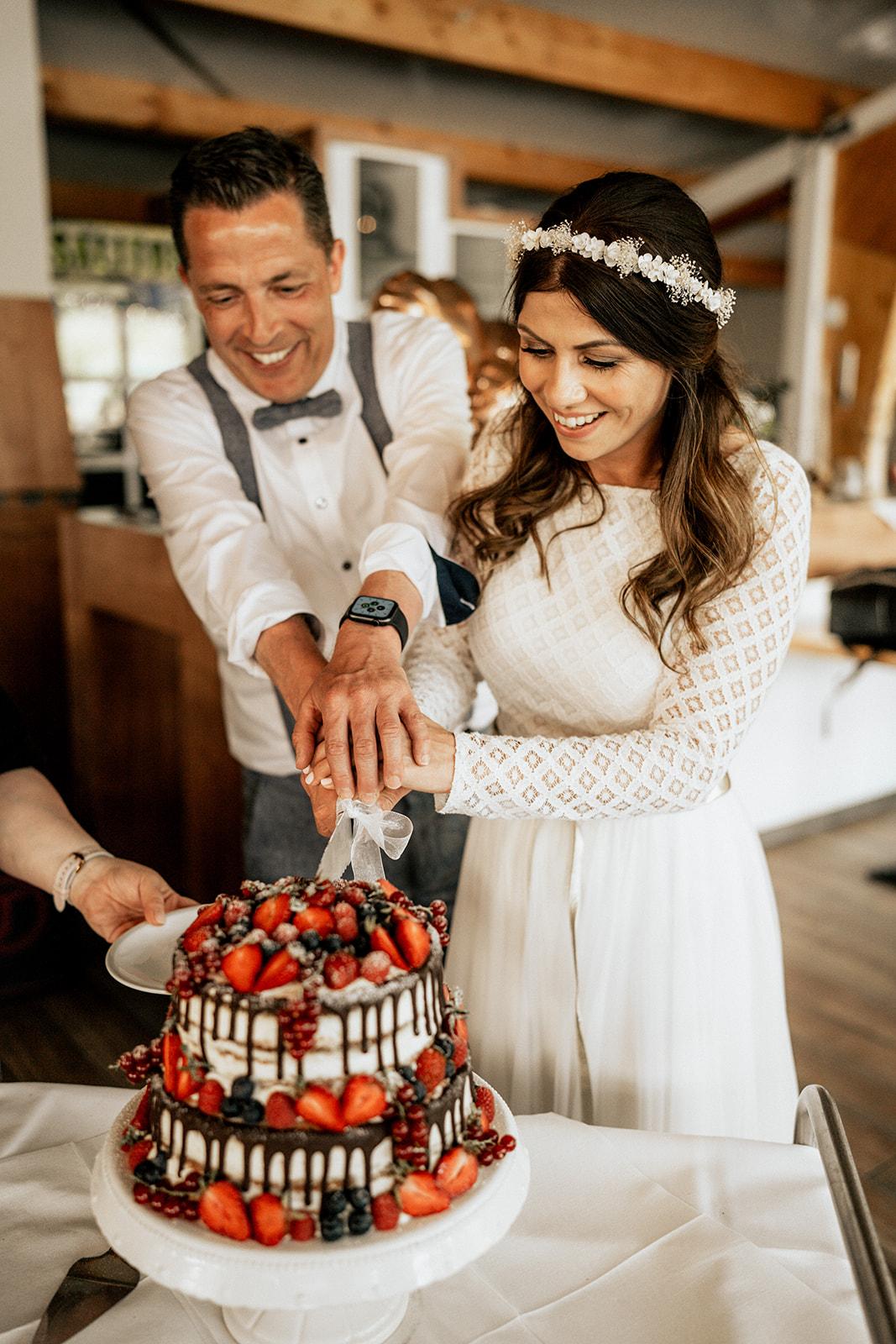 Brautpaar schneidet Kuchen an