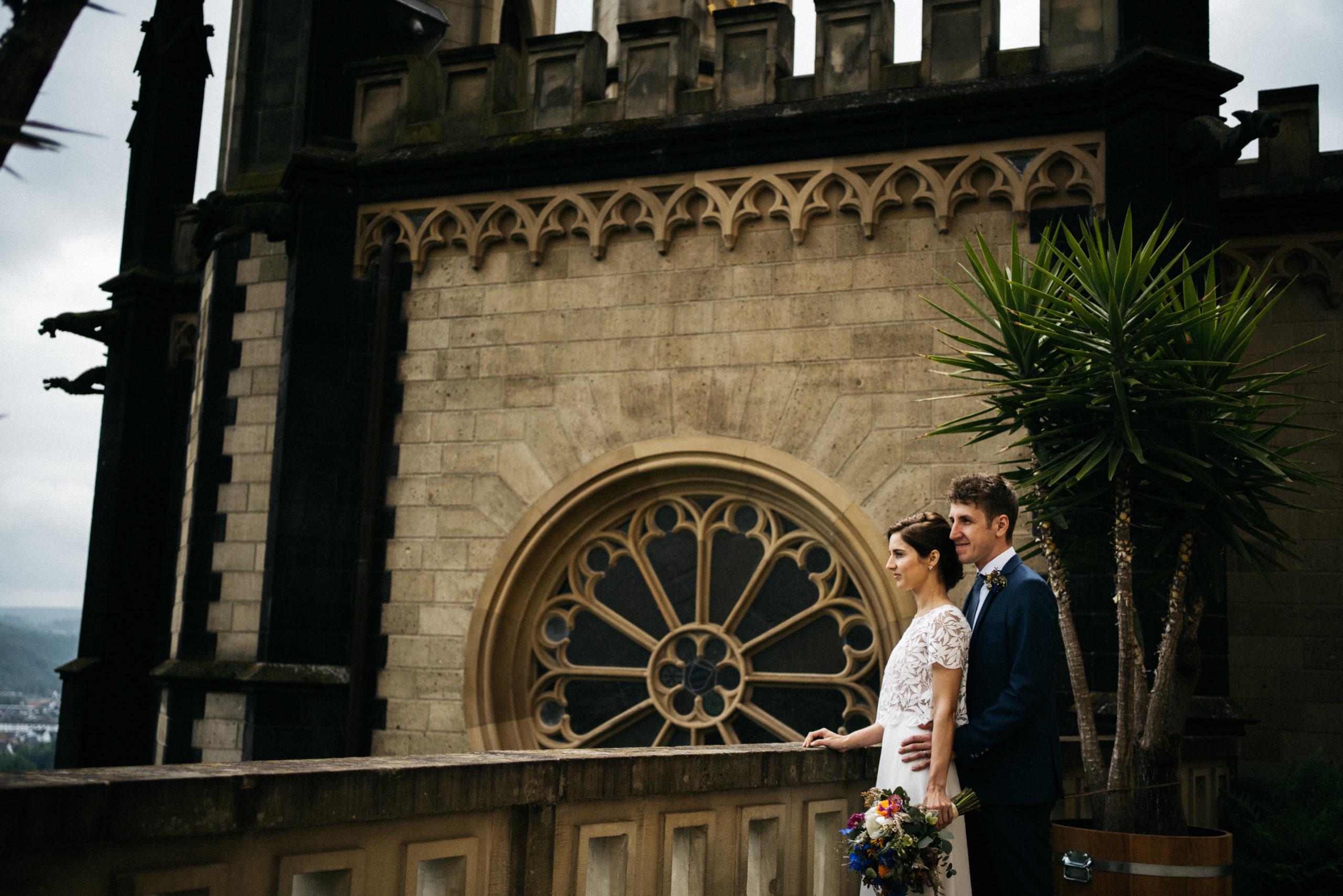Brautpaar vor Burg