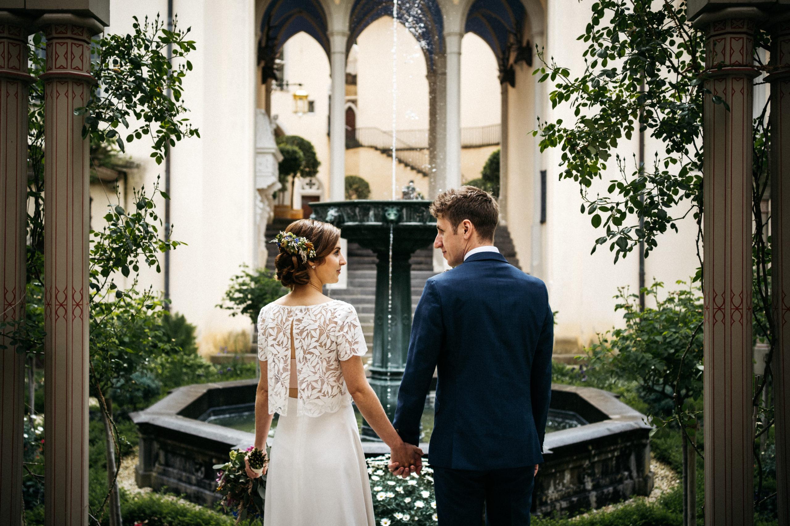 Brautpaar vor Brunnen