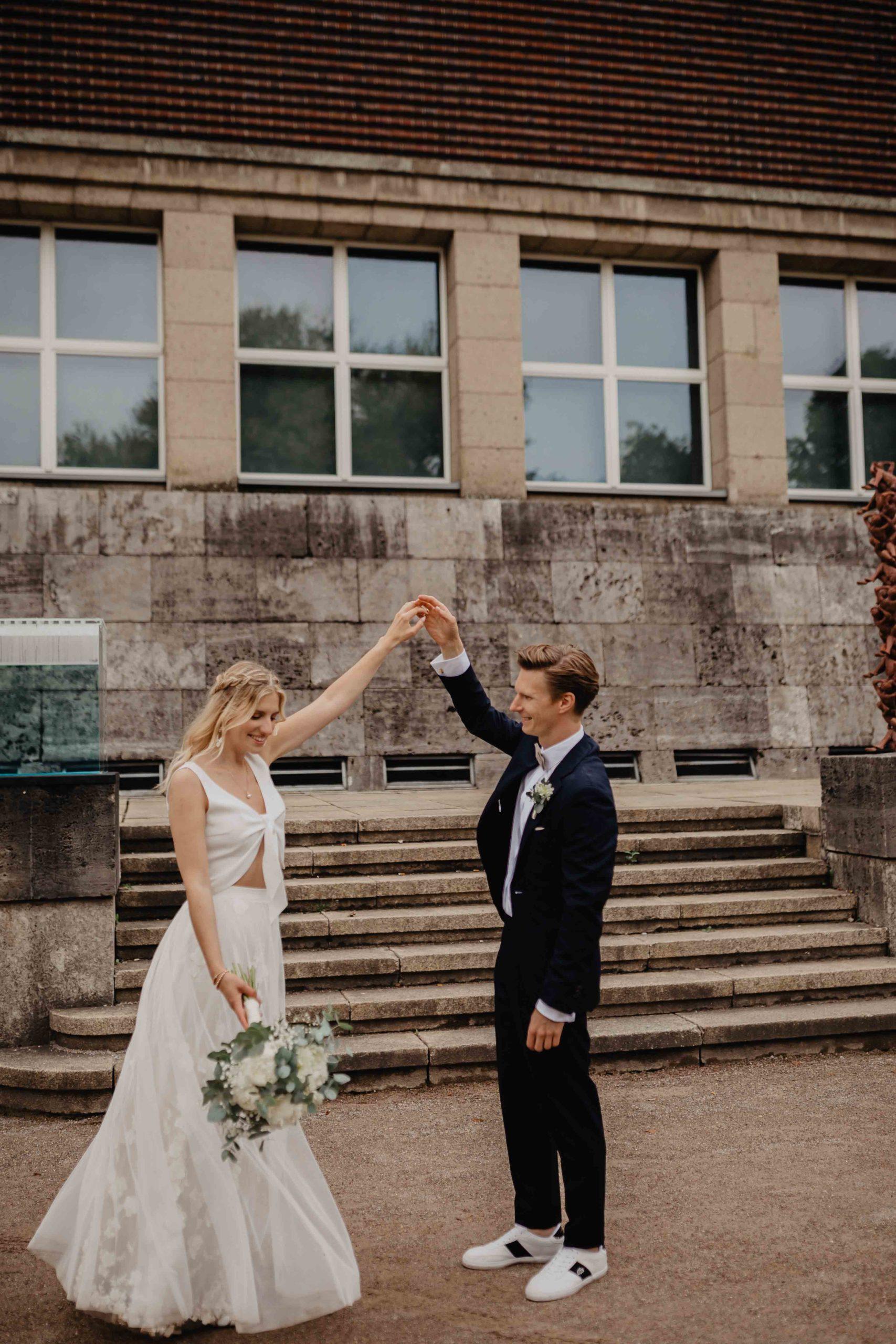 Brautpaar vor Treppe