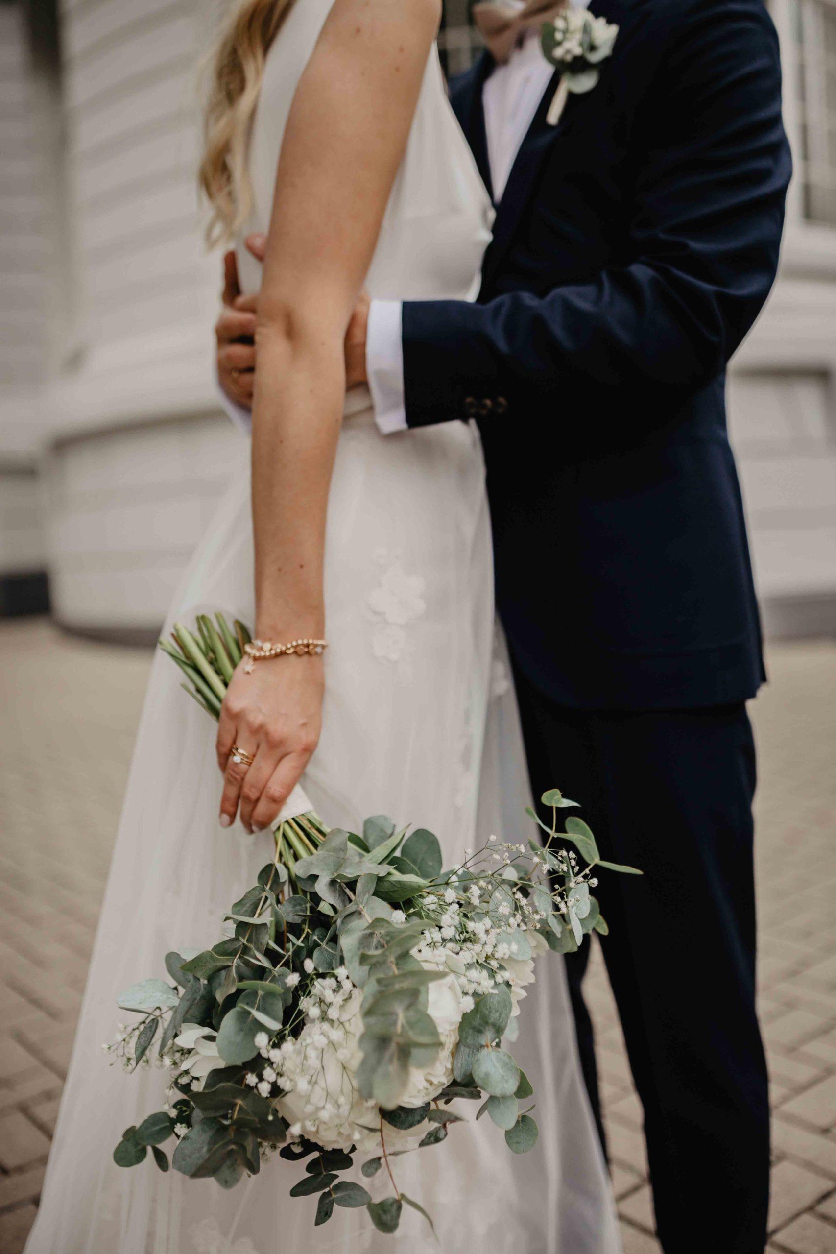Arme des Bräutigams um Brauts Taille