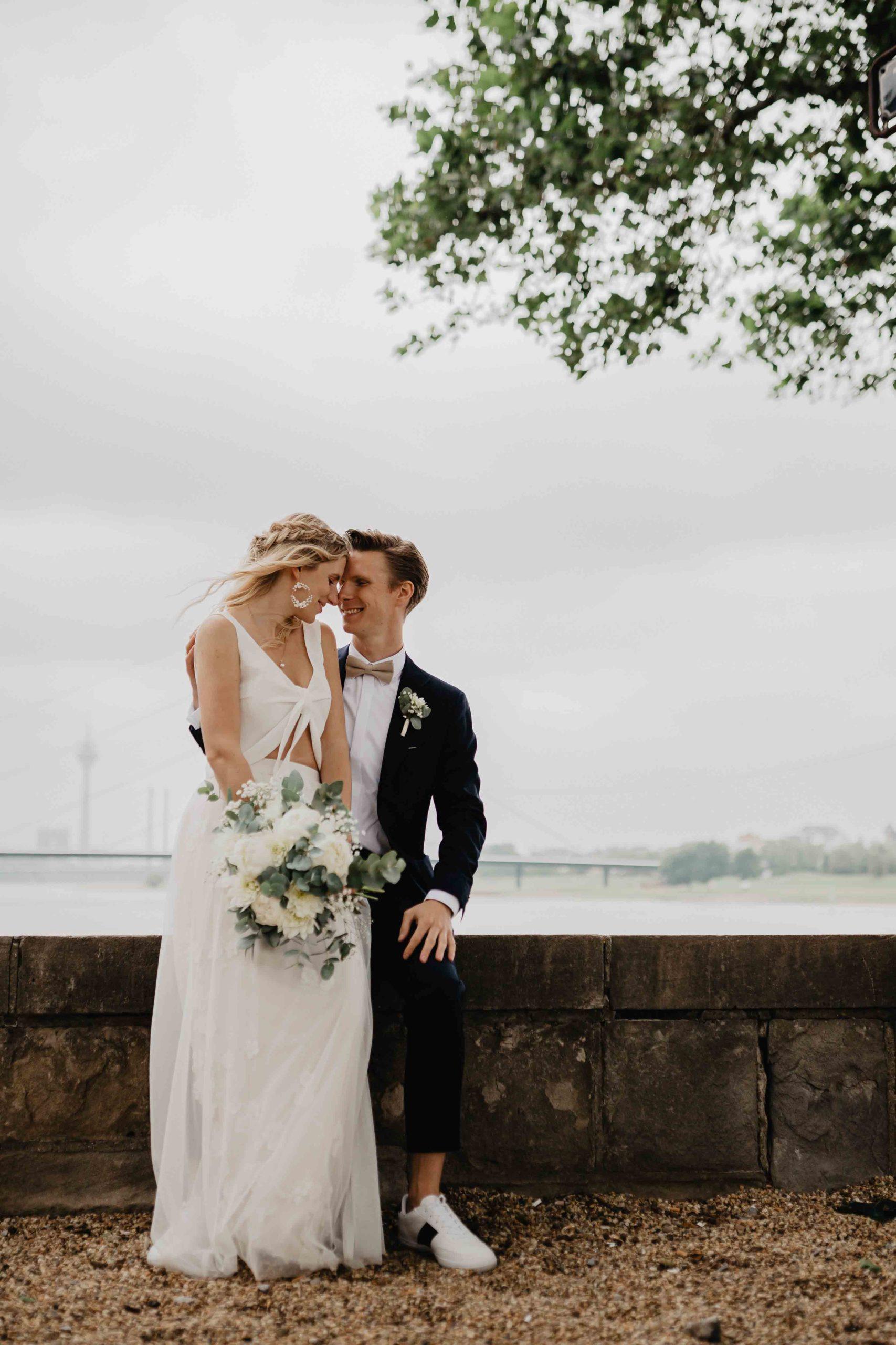 Braut auf Bräutigams Schoß
