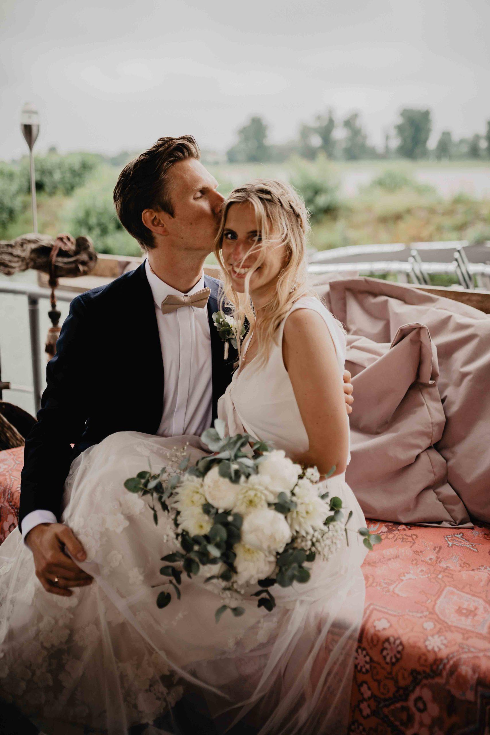 Bräutigam küsst Braut auf Sitrn